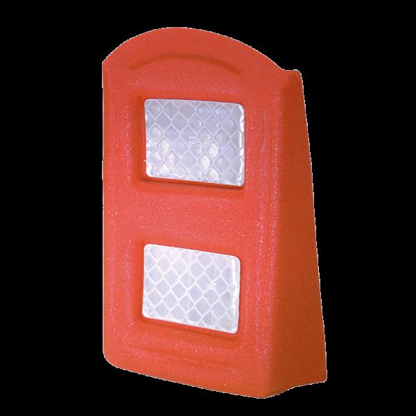 Código: VF-135 Vialeta multiusos para señalamiento temporal en baches, coladeras destapadas o confinar carriles. Dos grandes áreas reflejantes. Fabricada en Vitemflex®. Base autoadherible (opcional). Medidas: Largo: 12.3 cm. Ancho: 3.0 cm. Alto: 13.5 cm. Cuerpo: naranja. Base: negra. Reflejante: blanco o ámbar.